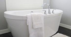 wanna z przewieszonym ręcznikiem