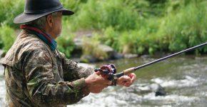 wędkarz łowiący w rzece